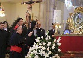 Tsai Ing-wen (c) habla con el cardenal hondureño, Óscar Andrés Rodríguez (i).(EFE).