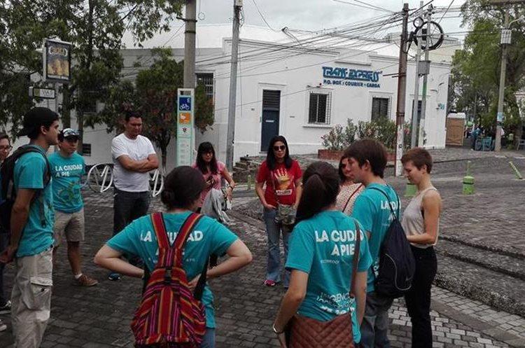 Los grupos se reúnen en 4 grados norte, zona 4, previo a iniciar los recorridos (Foto Prensa Libre: La ciudad a pie).