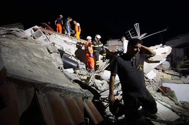 Miembros de rescate buscan sobrevivientes entre los escombros tras el terremoto en la isla Ischia en Italia. (Foto Prensa Libre: EFE)