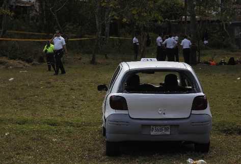 El taxi quedó con los vidrios destrozados y a pocos metros fue lanzado el cadáver. (Foto Prensa Libre: Óscar Rivas)