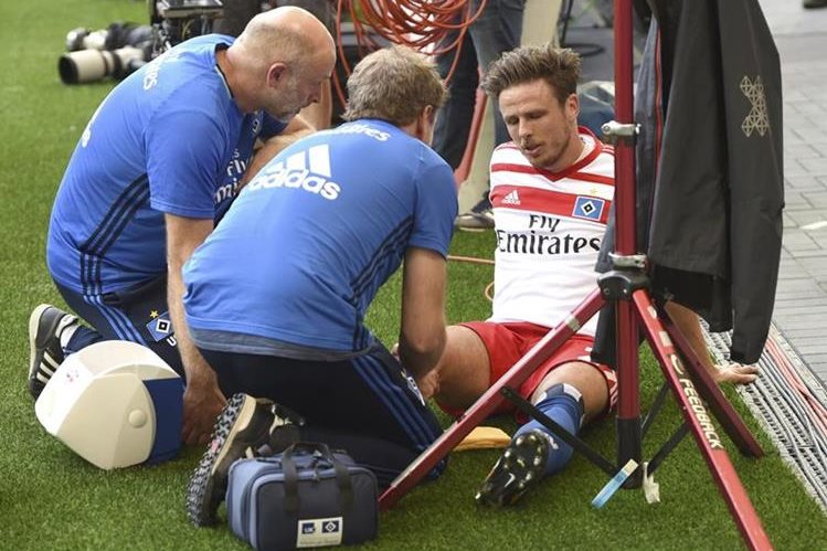 Nicolai Müller fue atendido por los médicos del Hamburgo luego de festejar su gol. (Foto Prensa Libre: AP)