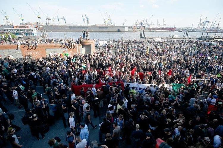 Vista general de las manifestaciones en Hamburgo. (Foto Prensa Libre: EFE)