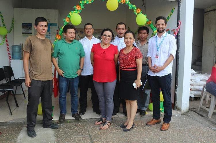 Personas del Vicariato Apostólico de Izabal y de oenegés aportaron para la apertura de una oficina de apoyo a los migrantes. (Foto Prensa Libre: Dony Stewart)