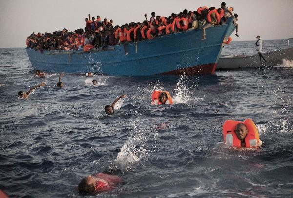 Servicios guardacostas italianos coordinan las operaciones de socorro en el mar Mediterráneo. (AFP).
