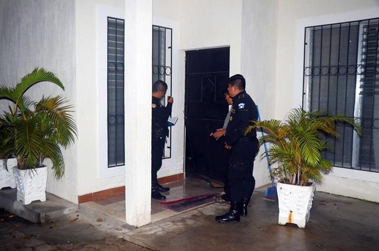 Policías inspeccionan el área donde ocurrió el hecho. (Foto Prensa Libre: Rolando Miranda)