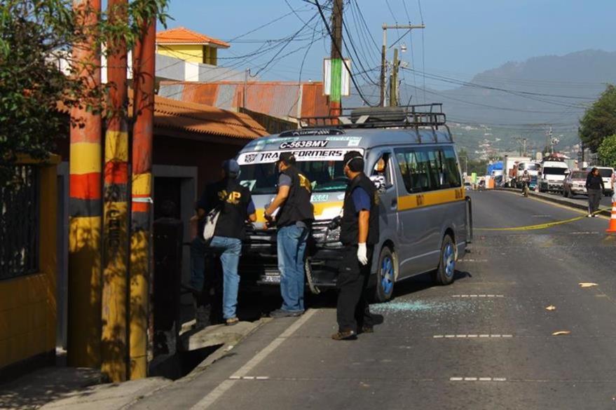 Fiscales del Ministerio Público buscan evidencias luego de que el piloto de un microbús fue atacado a balazos en Quetzaltenango. (Foto Prensa Libre: Hemeroteca PL)
