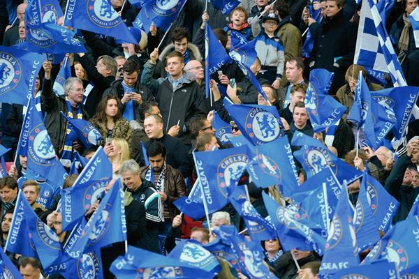 Aficionados del Chelsea levantan las banderas del club en el estadio de Wembley (Foto Prensa Libre: AFP)