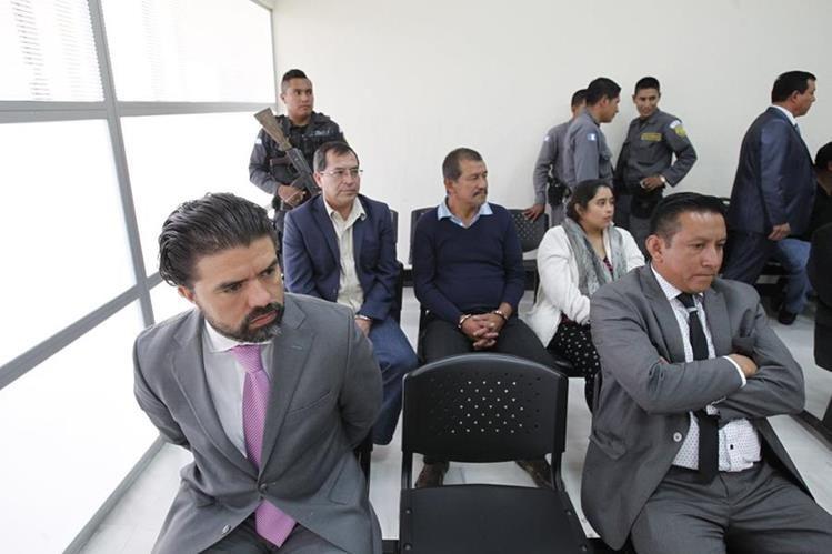 Jonathan Chévez -de traje gris- era el operador de TMU, donde fue depositado el dinero de los sobornos. (Foto Prensa Libre: Hemeroteca PL)