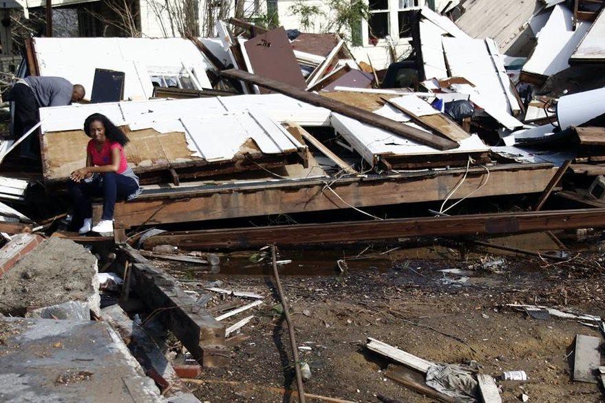 Una mujer observa los daños causados por el tornado en Mississippi. (Foto Prensa Libre: AP).