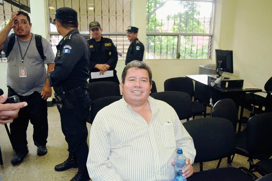 César Augusto López Garza asegura que tenía conocimiento de la orden de captura en su contra, por lo que se presentó a la sede de la comisaría  de Retalhuleu. (Foto Prensa Libre: Jorge Tizol)