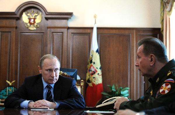 <span>Vladimir</span> <span>Putin</span><span>,</span> <span>(i),</span> <span>y&nbsp;</span> <span>Viktor</span> <span>Zolotov</span> <span>asistir a una</span> <span>reunión</span> de seguridad <span>en el Kremlin</span>.
