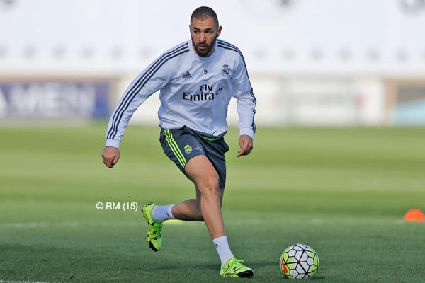 Karim Benzema fue captado durante el entrenamieto de este jueves del Real Madrid. (Foto Prensa Libre: Twitter Real Madrid)