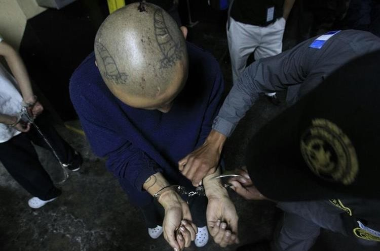 Pandillero al llegar a Tribunales para audiencia por motín en Etapa 2. (Foto Prensa Libre: Carlos Hernández)