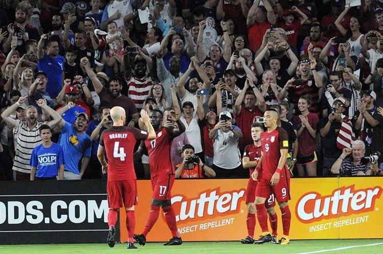 Jozy Altidore celebra junto a sus compañeros de equipo después de anotar el segundo gol.