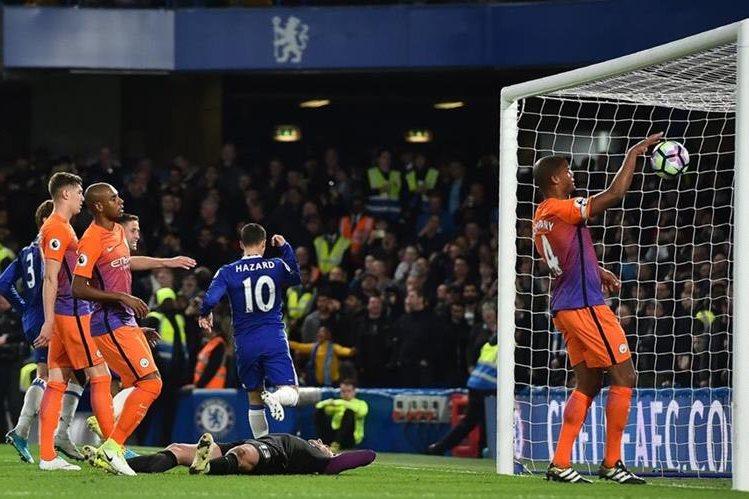 Eden Hazard (10) celebra después de anotar en la victoria del Chelsea contra el Manchester City. (Foto Prensa Libre: AFP)