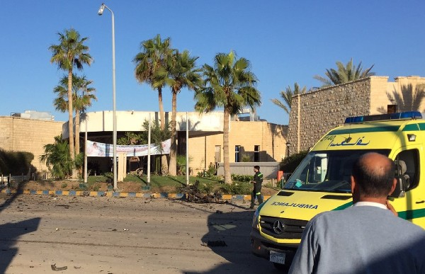 Una ambulancia fuera del hotel Swiss Inn  tras un ataque terrorista.(Foto Prensa Libre:AFP).