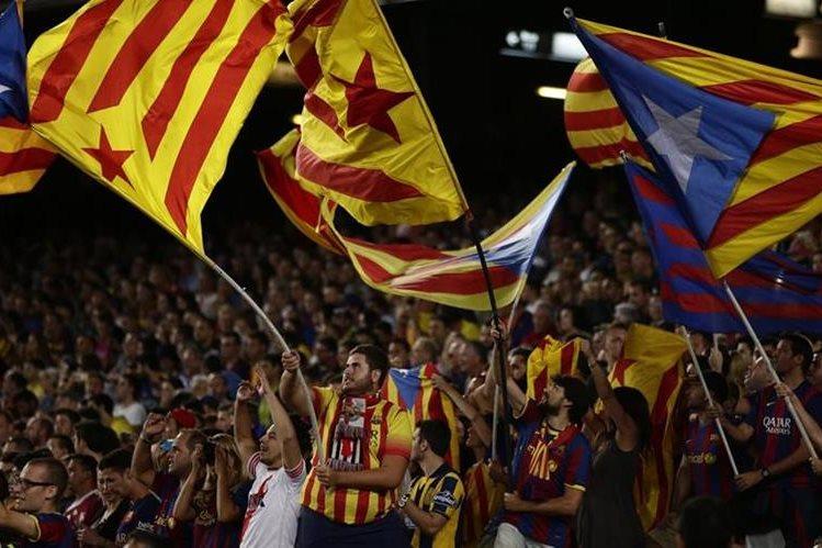 El domingo recién pasado los seguidores catalanes mostraron banderas en favor a la Independencia de Catalunia. (Foto Prensa Libre: AP)