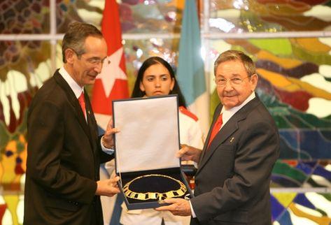 Álvaro Colom entrega Orden del Quetzal a Raúl Castro, presidente de Cuba, para que la conceda a Fidel Castro.