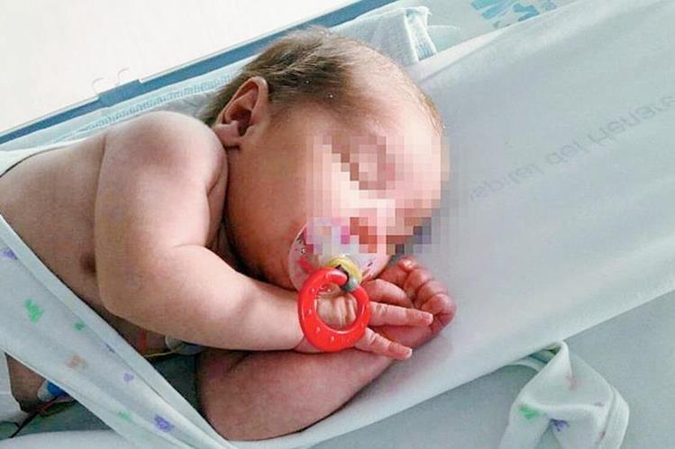 El bebé se encontraba en cuidados médicos hasta hoy que se le dio de alta en búsqueda de una familia temporal. (Foto: El País, España).