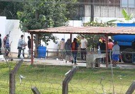 Con total libertad, reos saquean la celda donde permanecía Byron Lima Oliva. (Foto Prensa Libre: Estuardo Paredes)