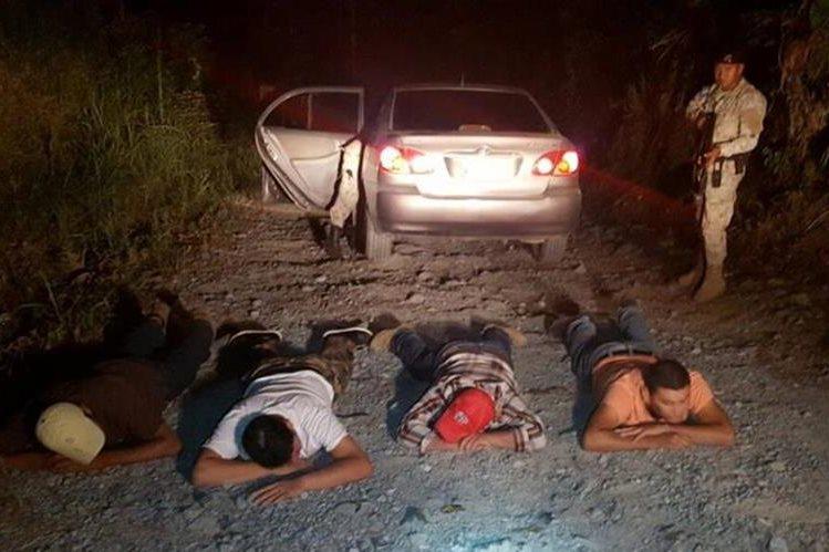 Los supuestos delincuentes fueron detenidos la madrugada de este domingo. (Foto Prensa Libre: PNC)