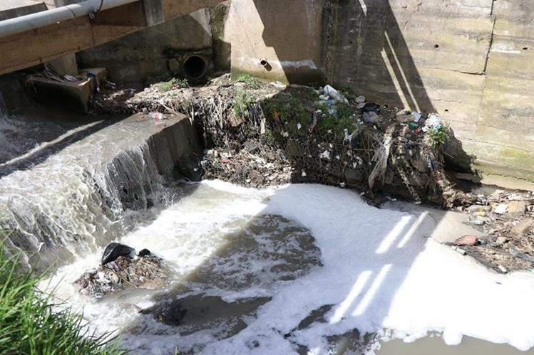 El río Seco, que atraviesa varias zonas de Xela, recibe gran cantidad de aguas residuales, en especial de tenerías. (Foto Prensa Libre: María José Longo)