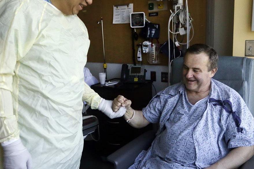 Thomas Manning, derecha, salida al doctor Dicken Ko, uno de los médicos que participaron en la cirugía. (Foto Prensa Libre: AP).