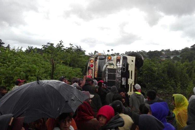 El autobús quedó a un lado de la carretera, cuatro pasajeros quedaron heridos. (Foto Prensa Libre: Víctor Chamalé)