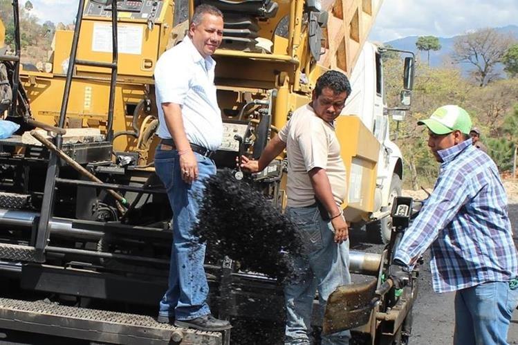 Florencio Carrascosa, alcalde de Joyabaj, –a la izquierda– es investigado por agresión contra un agente de la PNC. (Foto Prensa Libre: Óscar Figueroa)