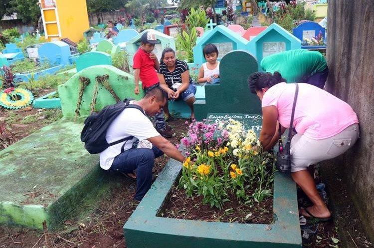 Familias enteras llegan a los cementerios. (Foto Prensa Libre: Rolando Miranda)