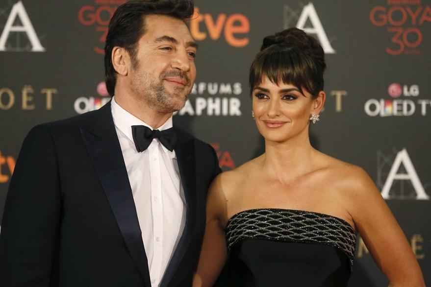 La actriz Penélope Cruz y su esposo, el actor Javier Bardem, caminaron por la alfombra roja de los Goya. (Foto Prensa Libre:EFE)