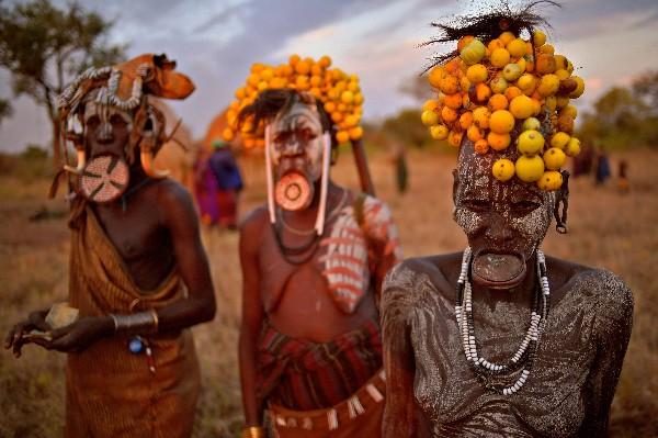 Las mujeres de la tribu Mursi posan en Jinka en el sur del Valle del Omo de Etiopía.(AFP).