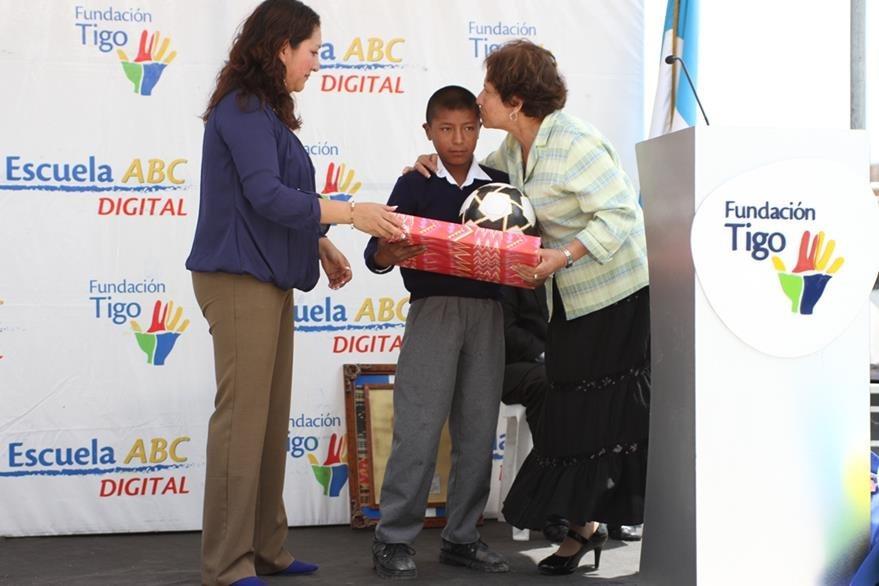El estudiante Jorge Pérez recibe dos regalos, durante la inauguración de su escuela, en San Pedro Sacatepéquez, San Marcos. (Foto Prensa Libre: Aroldo Marroquin)