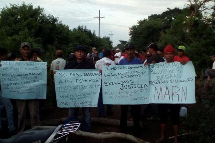 Pescadores muestran pancartas y señalan contaminación de dos esteros en Champerico, Retalhuleu (Foto Prensa Libre: Jorge Tizol)