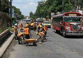 Los trabajos de bacheo empezaron este lunes en el kilómetro 59 de la ruta al suroccidente, de Escuintla a Siquinalá. (Foto Prensa Libre: Enrique Paredes)