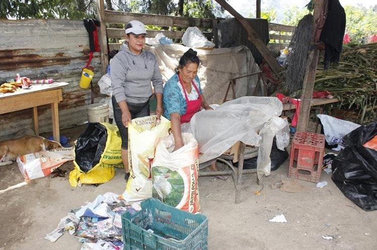 Estela Zamora (derecha) depende económicamente de lo que recicla en Chimaltenango. (Foto Prensa Libre: Víctor Chamalé)