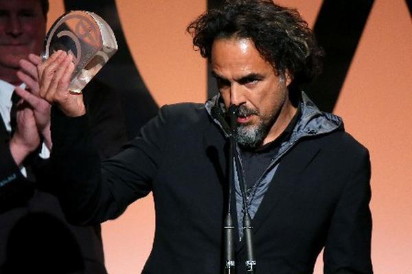 <p>El director mexicano Alejandro González Iñárritu recibe el premio de los productores por la cinta Birdman. (Foto Prensa Libre: AFP)</p>