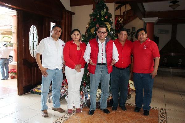 Baldizón —centro—, acompañado de Mynor Cappa, Delia Bac, Baudilio Hichos y Edín Casasola.