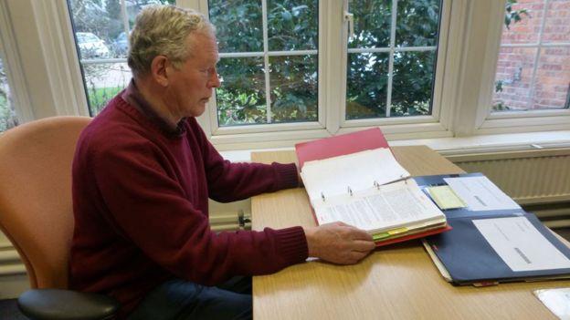 """Michael Hodder con el """"Libro de Guerra"""" en el Centro de Documentación de la BBC."""