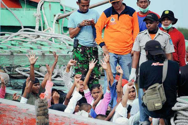 Un grupo de inmigrantes rescatados, en su mayoría rohingya de Birmania y Bangladés, rescatados en Indonesia. (Foto Prensa Libre:AFP)