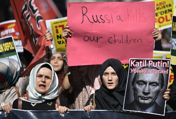 Los manifestantes protestan en Estambul contra las operaciones militares rusas en Siria.