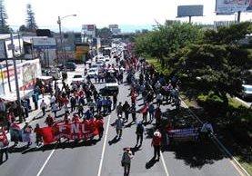 """Sindicalistas del Ministerio de Salud protestan contra """"masivos despidos"""" en esa cartera. (Foto Prensa Libre: Estuardo Paredes)"""
