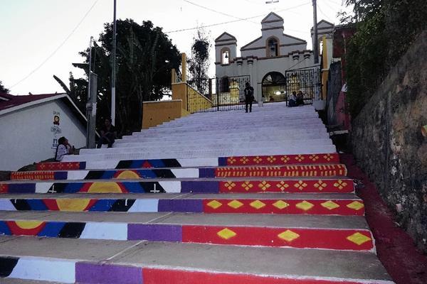 Vecinos San  Cristóbal Verapaz cubren con pintura blanca el mural que fue plasmado sobre las gradas de la Iglesia de El Calvario. (Foto Prensa Libre: Eduardo Sam)