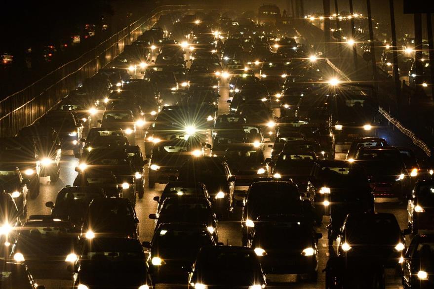 Panorámica de un día normal de intenso tráfico vehicular en Nueva Delhi, India. (Foto Prensa Libre: AFP).
