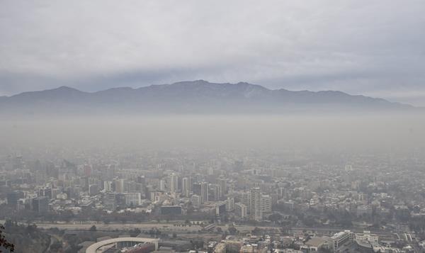 <em>La capital chilena enfrentará el lunes su primera emergencia ambiental &nbsp;en 16 años. (Foto Prensa Libre: AFP).</em>
