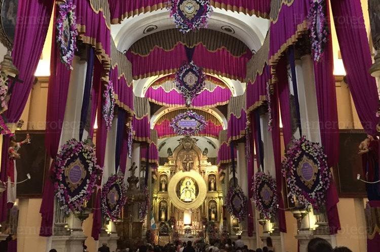 Adorno de 2015, en donde el color púrpura predomina a lo largo del templo. (Foto Prensa Libre: Hugo Cuyán)