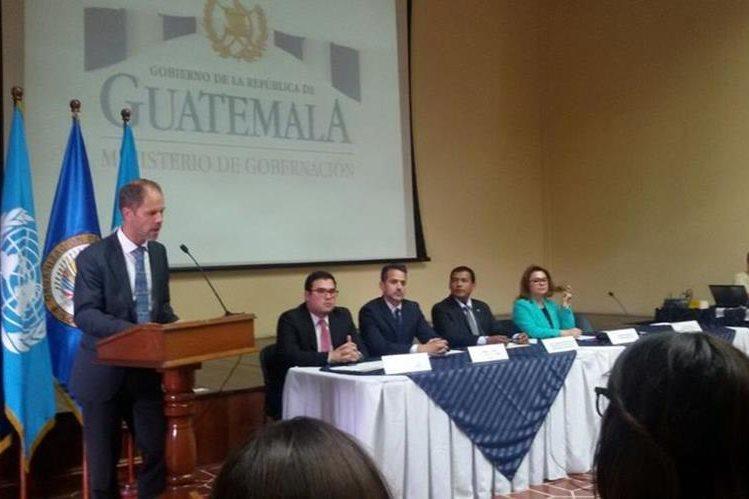 Christian Skoog expone ante autoridades de Gobernación la importancia de la seguridad cibernética. (Foto Prensa Libre: Álvaro Interiano)