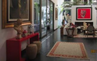 Piezas, esculturas y alfombras que también habrían sido compradas con fondos del erario público. (Foto Prensa Libre: MP/Cicig)