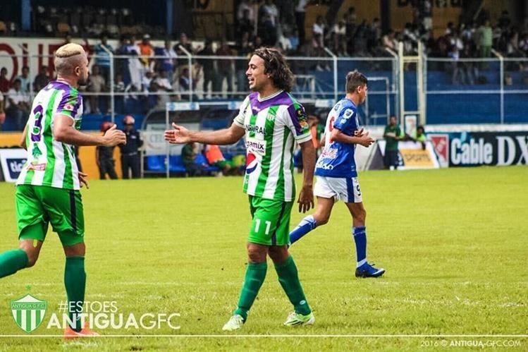 El mexicano Agustín Herrera (d) es felicitado por Jorge Zaldívar, después de colocar el definitivo 2-4 en el marcador contra Suchitepéquez (Foto Prensa Libre: Cortesía Antigua GFC)