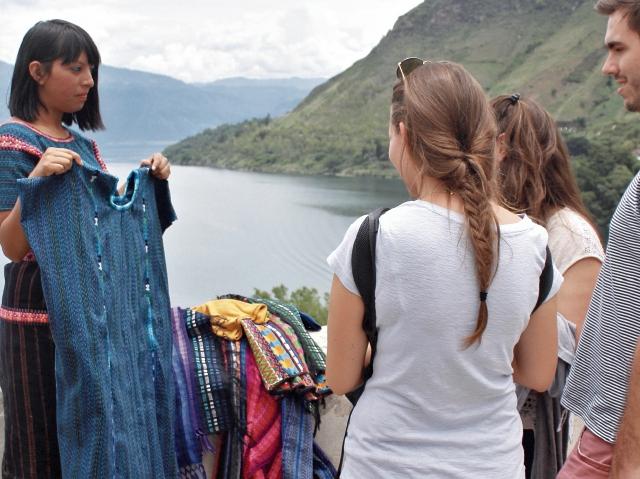 Además de poder observar las maravillas del paisaje, los turistas pueden adquirir textiles típicos característicos de esa zona del altiplano.